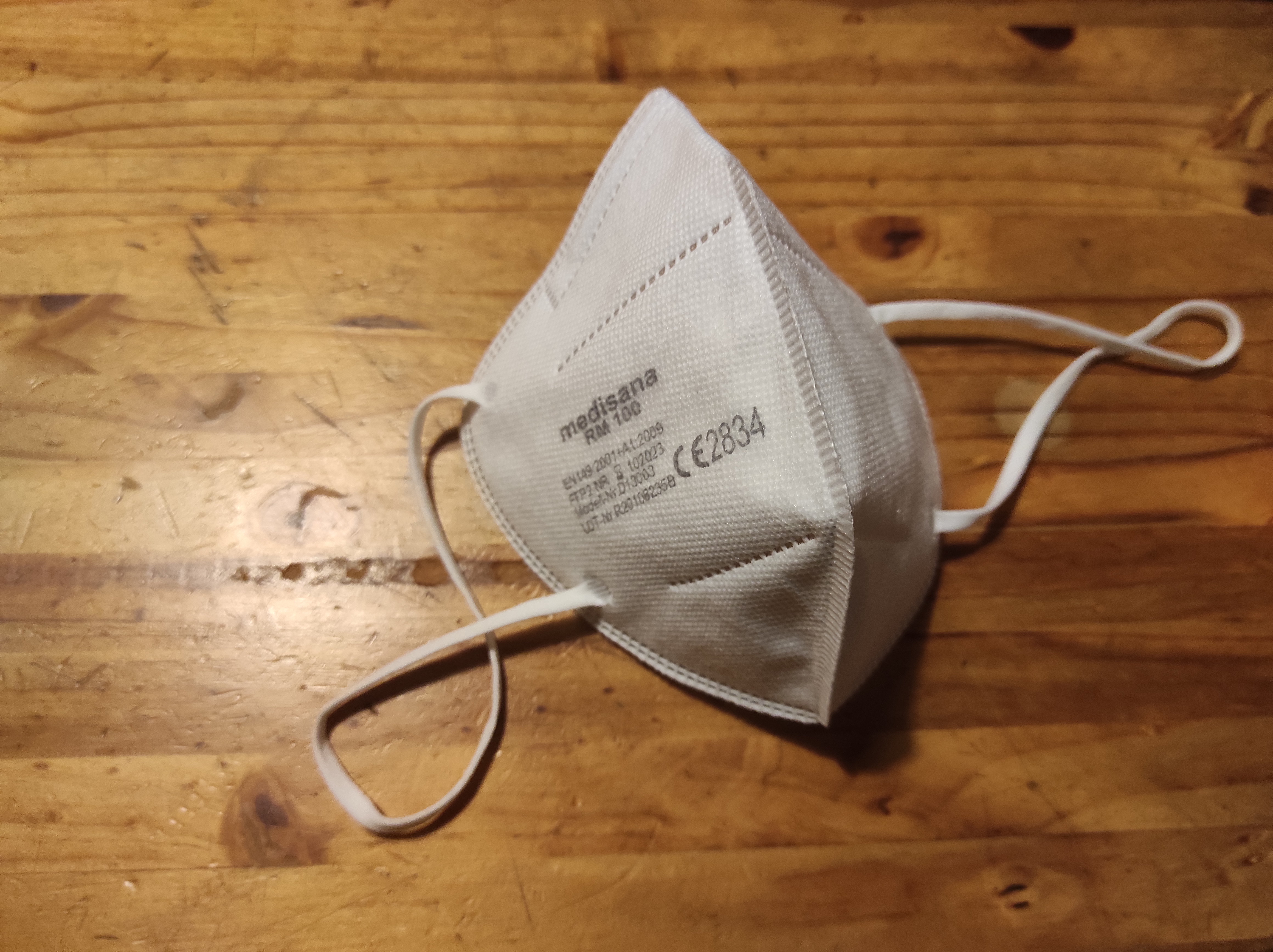 Eine ausgepackte FFP2-Maske auf einem Tisch