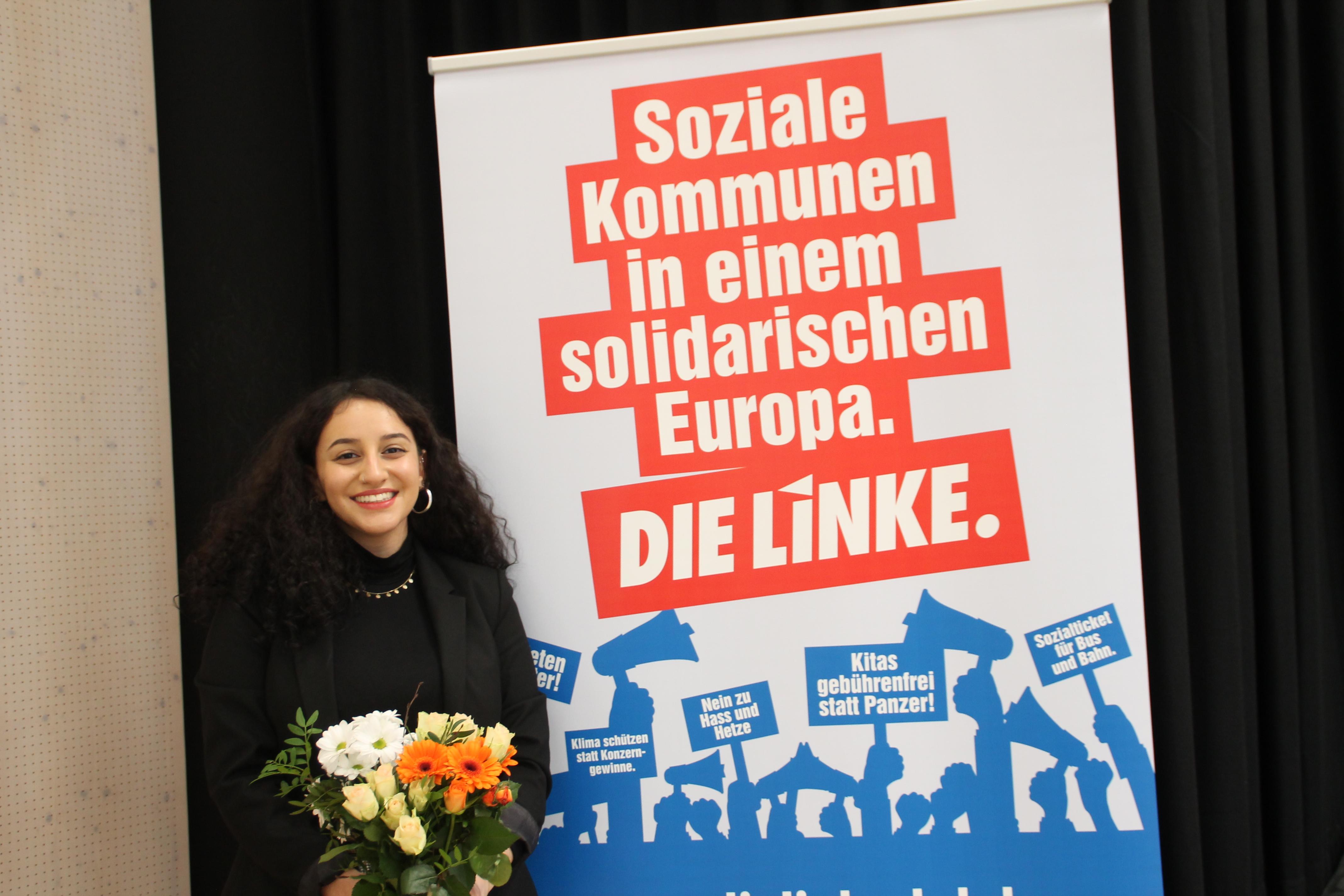 Zara Dilan Kiziltas bei der Aufstellungsversammlung lächelnd mit einem Blumenstrauß in der Hand